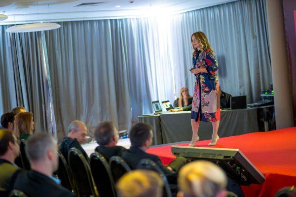 Motivacijska govornica na poslovnom okupljanju tvrtke.